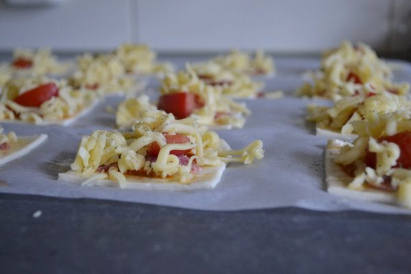 Mini pizza's van bladerdeeg